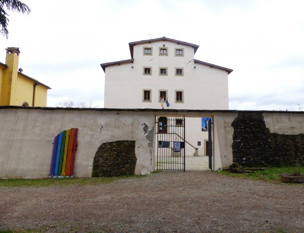 ورودی ساختمان مرکزی روستای لا بروچی، عکس از میکائلا کاواناگ