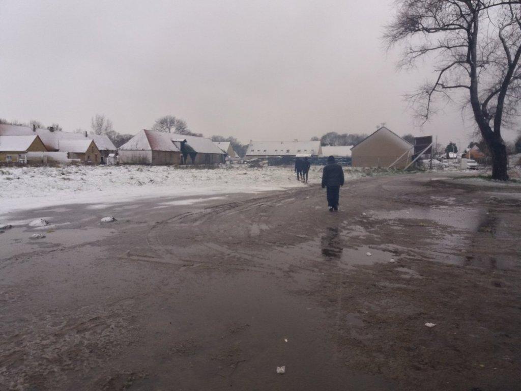 Le froid, la neige et le vent compliquent la situation des migrants qui vivent à Calais. Crédit : Margot Bernard