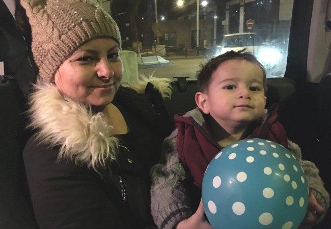 Niwab et son bb Moustapha sont Afghans Ils sont arrivs en famille il y a quelques jours  Paris Crdit  InfoMigrants