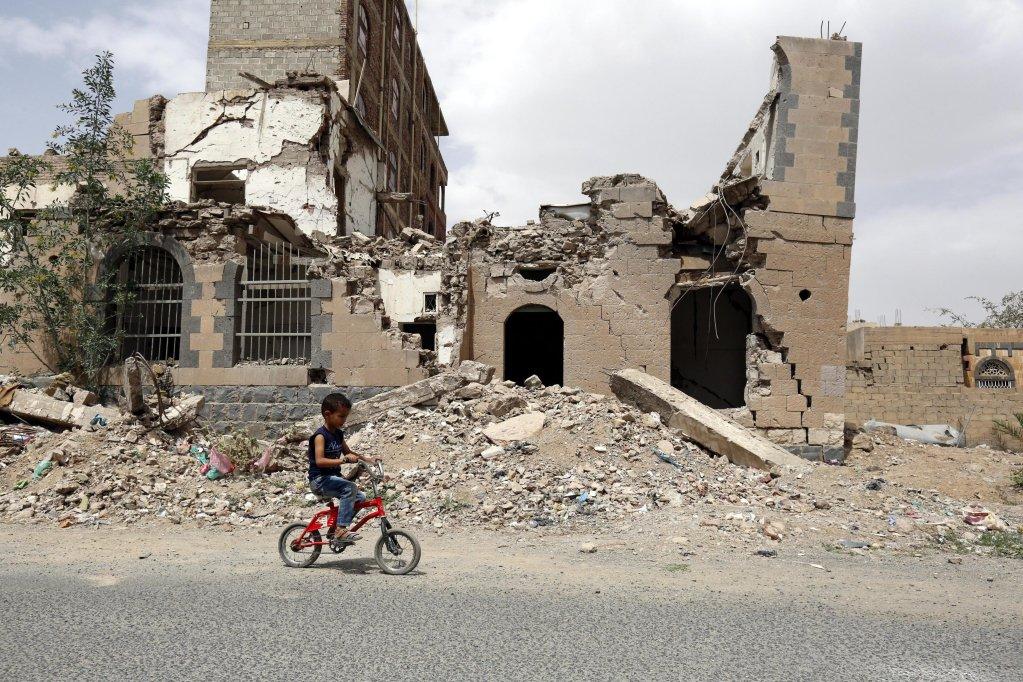 """ansa / طفل يلعب أمام أحد الأبنية المهدمة بسبب الصراع في اليمن. المصدر: """"إي بي إيه""""/ يحيى أرحب."""