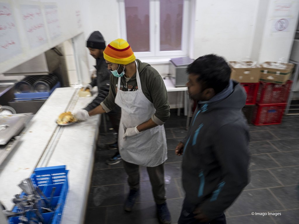 Workers distributing food at Usivak refugee camp close to Sarajevo | Photo: Imago