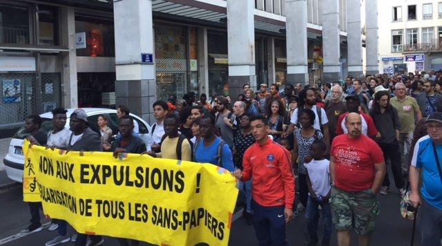 Des centaines de personnes ont manifest lundi 8 octobre rclamant un logement pour les migrants Crdit  Clermont fait monde