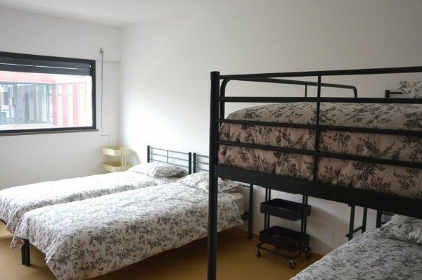 إحدى غرف النوم في مركز استقبال اللاجئين الجديد الذي افتتح في ضاحية بلشبونة في كانون الثاني/ ديسمبر 2018 - المصدر: مهاجرنيوز/ مايفا بولي