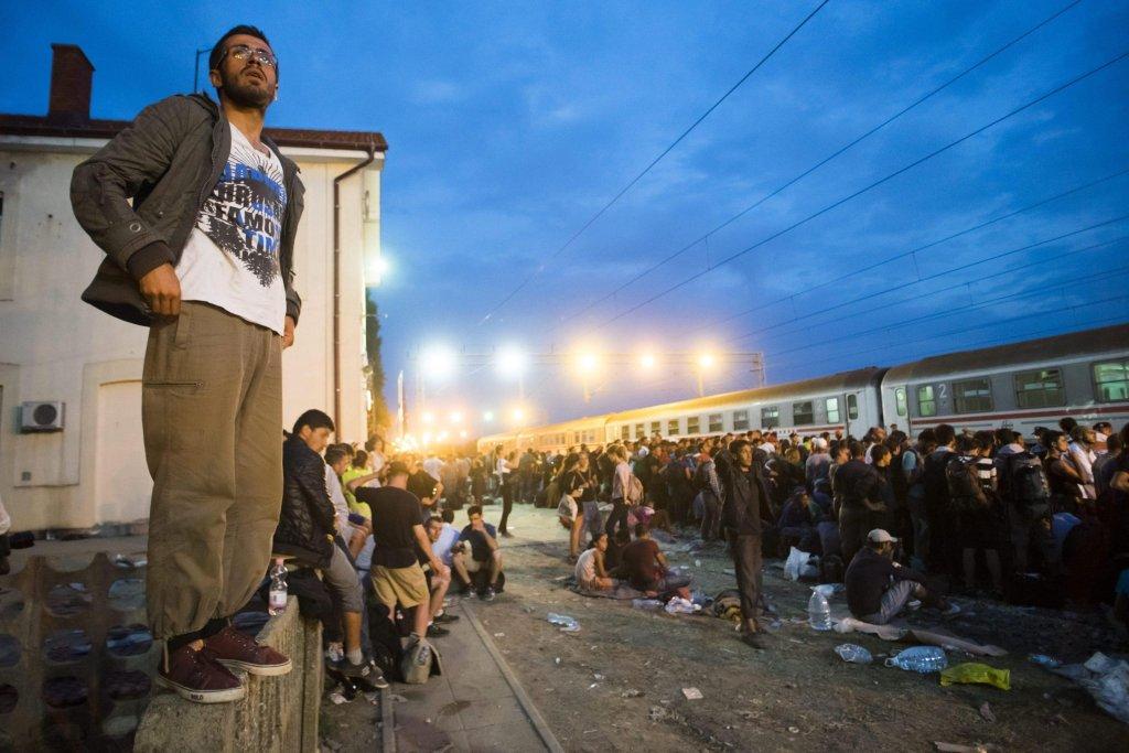 ansa/ مهاجرون ينتظرون في محطة توفارنيك في شرق كرواتيا، بالقرب من الحدود مع صربيا، ليتوجهوا إلى العاصمة زغرب. المصدر: إي بي إيه/ زولتان بالوخ