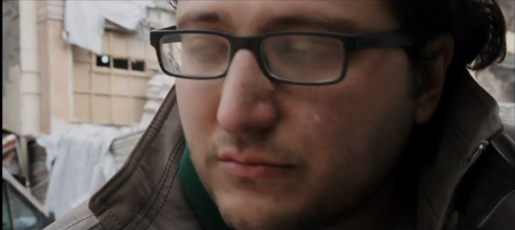 Hamza en train de pleurer ralisant quil na dautre choix que de quitter Alep  Source  capture dcran de la bande-annonce de For Sama