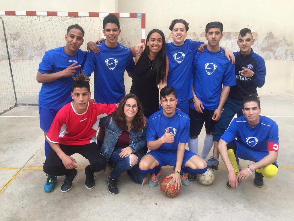 L'équipe de football de la fondation, avec laquelle Mohammad (deuxième à partir de la droite) joue chaque semaine. Crédit : Bayt al-Thaqafa