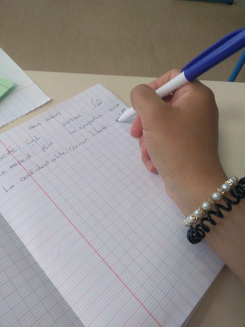 طناز در حال آموزش زبان فرانسوی. عکس از مهاجر نیوز