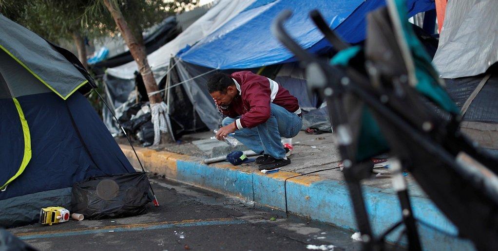Un migrant, à Mexico, essaie de rejoindre les États-Unis. Crédit : Reuters