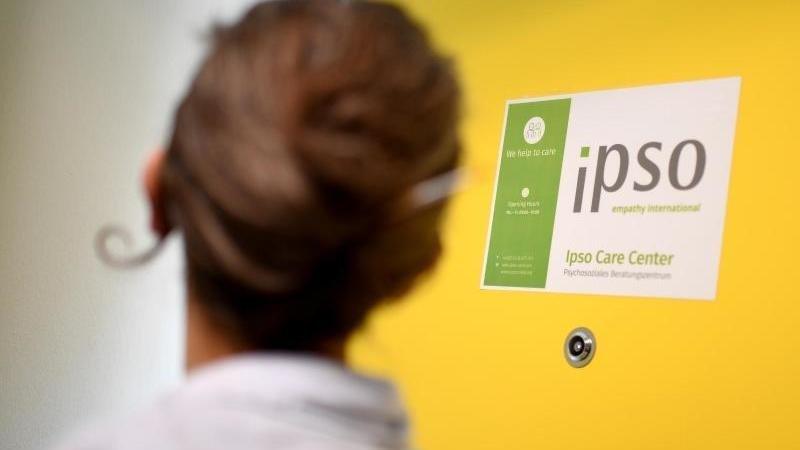 Une conseillère pour les réfugiés au centre de soins Ipso.  Photo: Britta Pederson/DPA