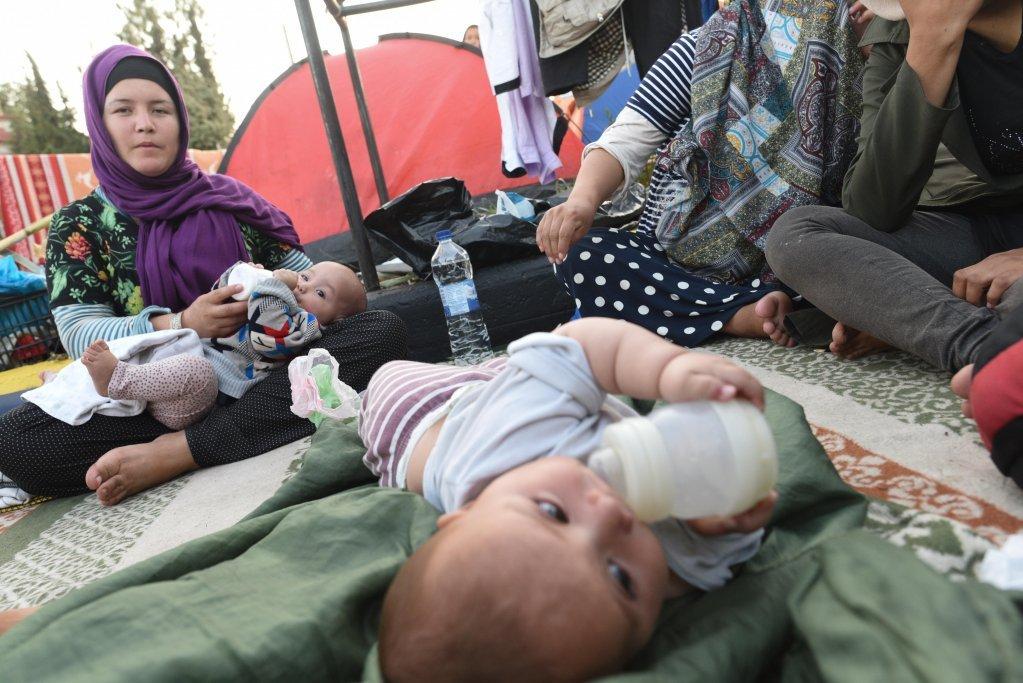 دختر زهرا، مادر جوان افغان هفت ماهه است. این زن مهاجر نگران است که به زودی شیر پودری برای تغذیه کودکش تمام خواهد شد. عکس از مهدی شبیل/ مهاجر نیوز