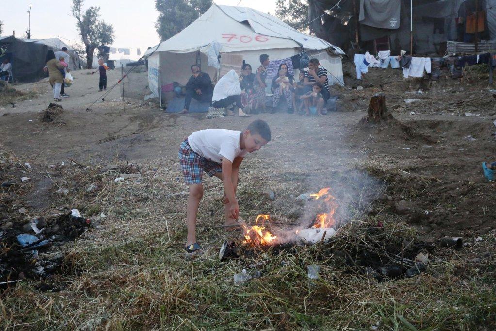 ANSA / عائلات مهاجرة في مخيم عشوائي تم بناؤه خارج مخيم موريا في جزيرة ليسبوس اليونانية. المصدر: أوريستيس بانايوتو.