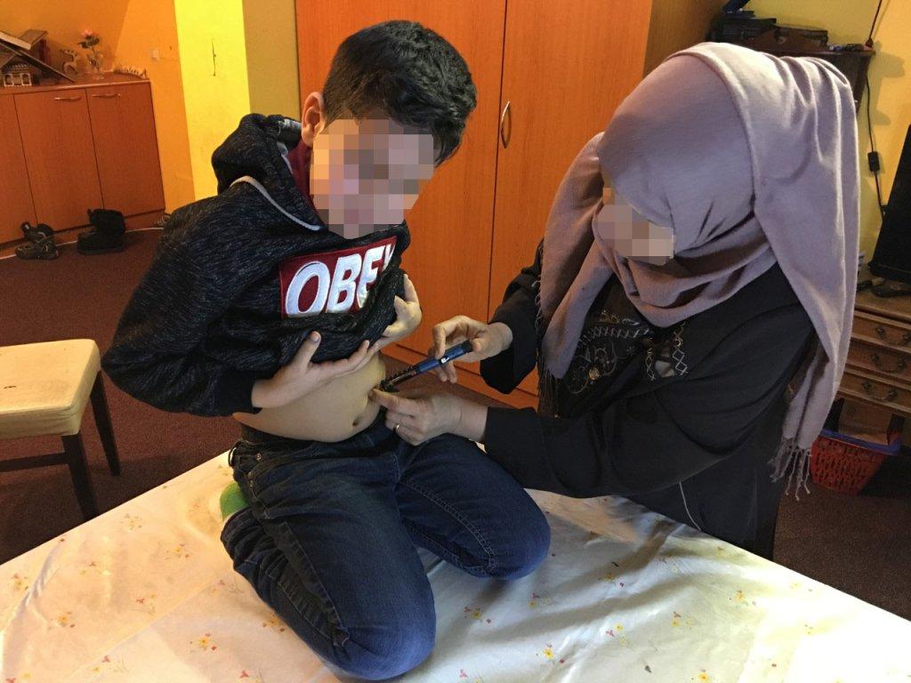 أحد ابني طالب اللجوء العراقي المصابين بالسكري من النوع الأول