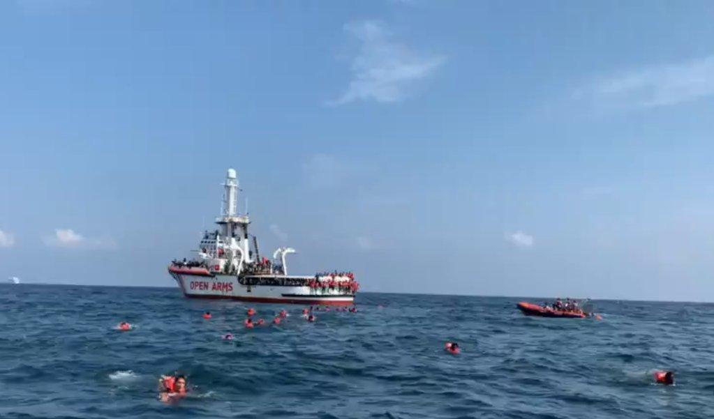 Plus de 70 migrants à bord du navire humanitaire Open Arms se sont jetés à l'eau jeudi 17 septembre au large de Palerme, en Sicile. Credit : Capture d'écran Open Arms