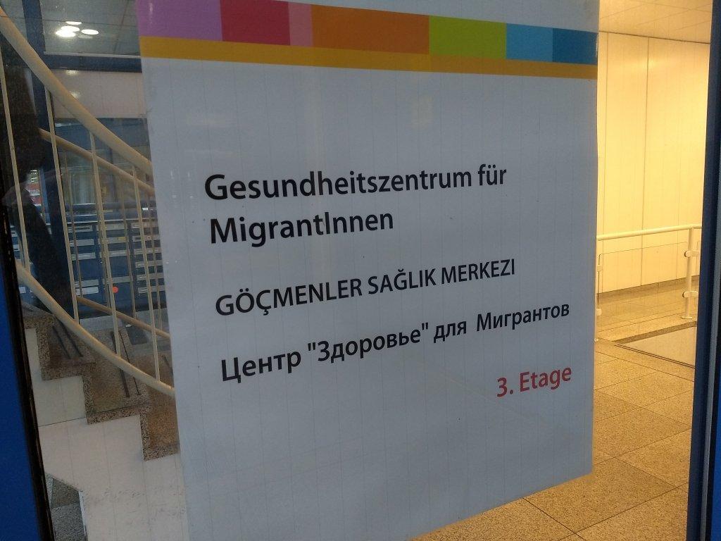 Le centre GfM accueille les migrants en plusieurs langues  Photo  Emma Wallis  InfoMigrants