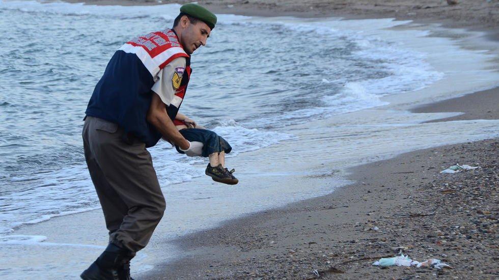 Un officier de police turc porte le corps sans vie dun enfant syrien de trois ans chou sur une plage de Bodrum dans le sud de la Turquie le 2 septembre 2015 STR Dogan news agency AFP