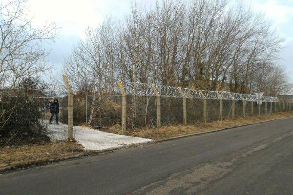 Le site de distribution de repas par ltat rue des Huttes  Calais est entour de barbels Crdits  Loan Torondel Auberge des migrants