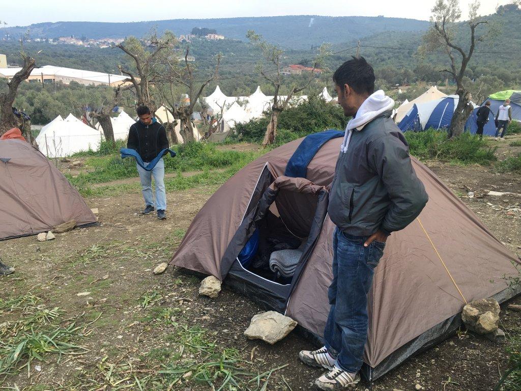 Jazzi dort dans cette tente, dans le camp informel de Moria, mars 2016. Credit: Nastasia Tepeneag