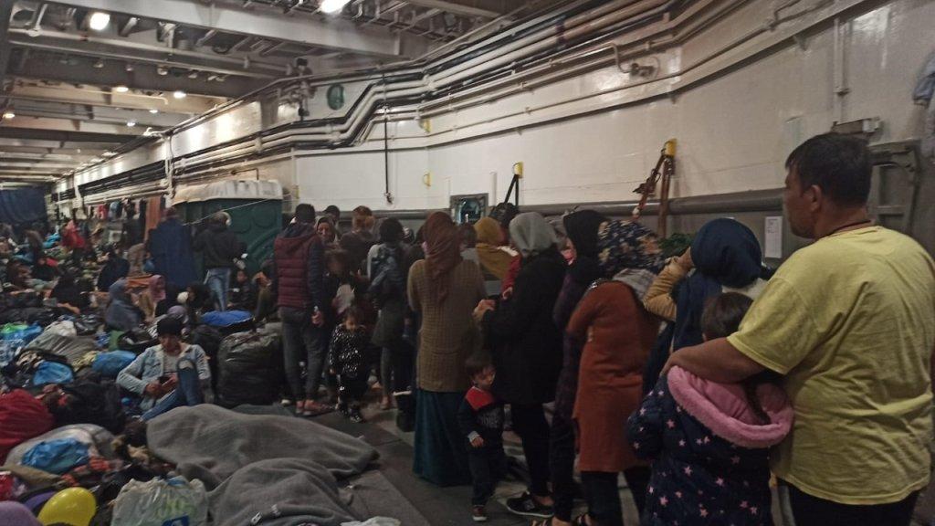 مهاجرون يصطفون في السفينة لاستلام حليب وحفاضات للأطفال. الصورة أرسلها محمود*