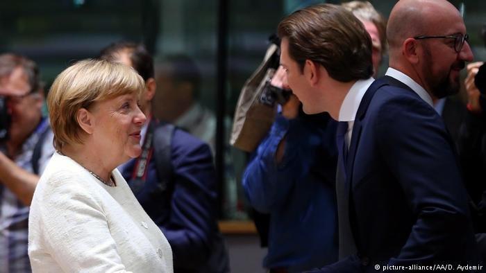 picture-alliance/AA/D. Aydemir |ميركل مع مستشار النمسا في القمة الأوروبية.