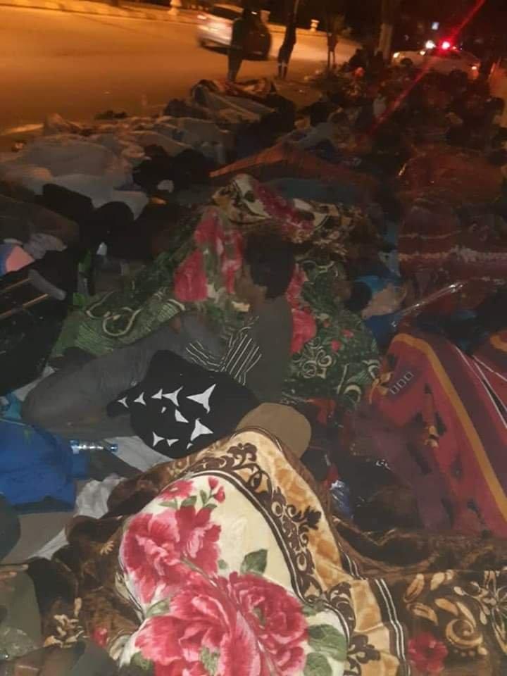Photo envoyée à InfoMigrants montrant un groupe de migrants dormir devant le centre du HCR à Tripoli, mardi 29 octobre. DR