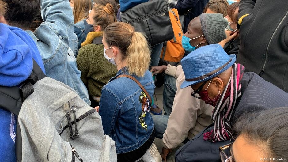 Some protesters struggled to kneel for the full nine minutes of silence for George Floyd | Photo: DW/Sonia Phalnikar