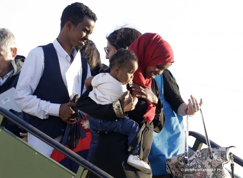 عائلة مهاجرة تهبط في مطار إيطالي بالقرب من العاصمة روما