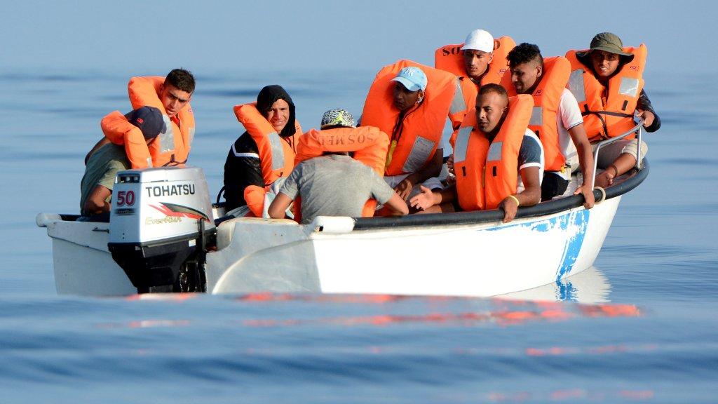 Des migrants sur une embarcation au large de la Libye, le 12 août 2018. Crédit : REUTERS/Guglielmo Mangiapane