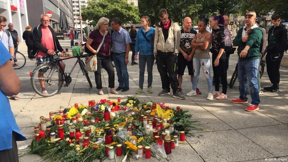 اهدای شمع و گل به یاد قربانی نزاع خیابانی در کمنیتس