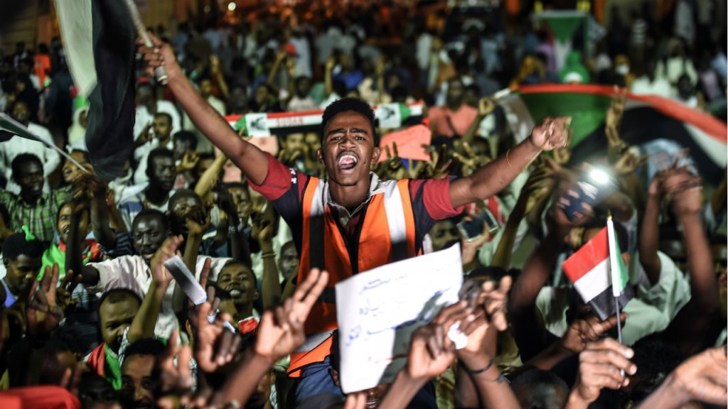 Sudanese protesters gather for a sit-in outside the military headquarters in Khartoum on May 19, 2019. | Photo: Mohamed el-Shahed, AFP |