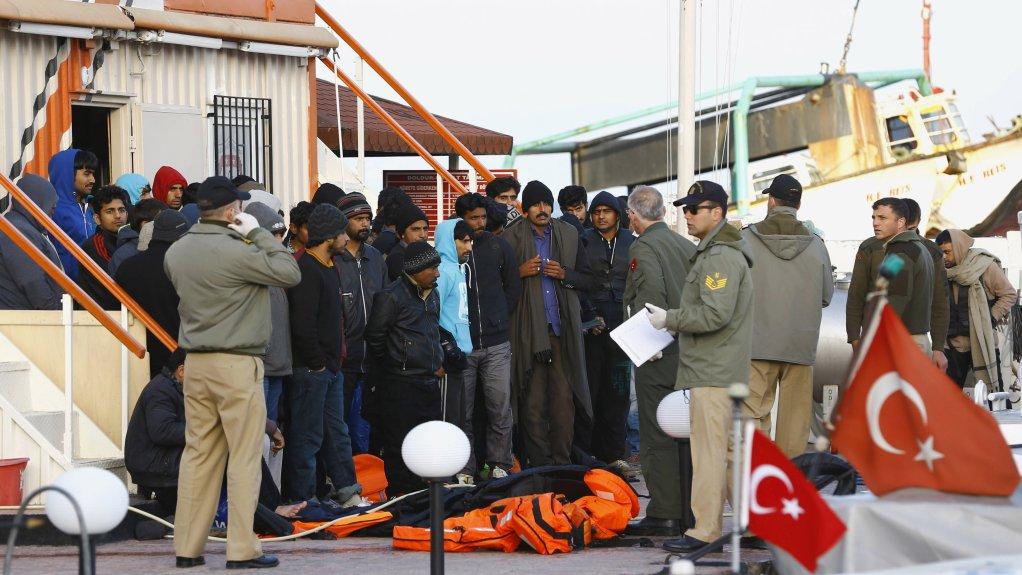 رويترز-أرشيف |بعض المهاجرين بصدد العودة إلى تركيا في وقت سابق