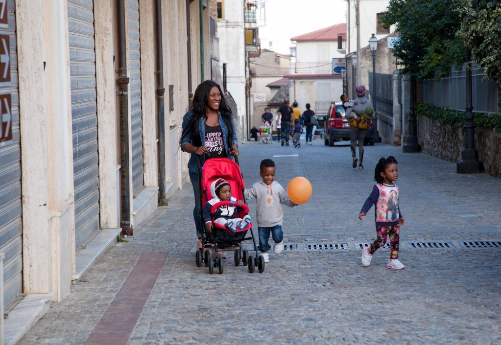 ANSA / أم وأطفالها في مدينة رياتشي، التي تعتبر نموذجا لاندماج المهاجرين في إيطاليا. المصدر: أنسا/ ماركو كوستانانتينو.