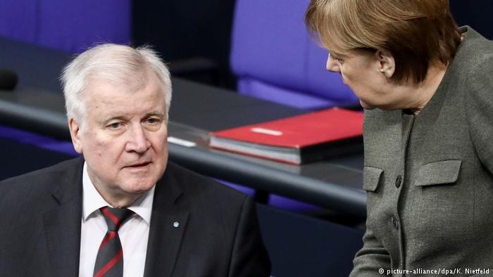 المستشارة الألمانية أنغيلا ميركل ووزير الداخلية الاتحادي هورست زيهوفر