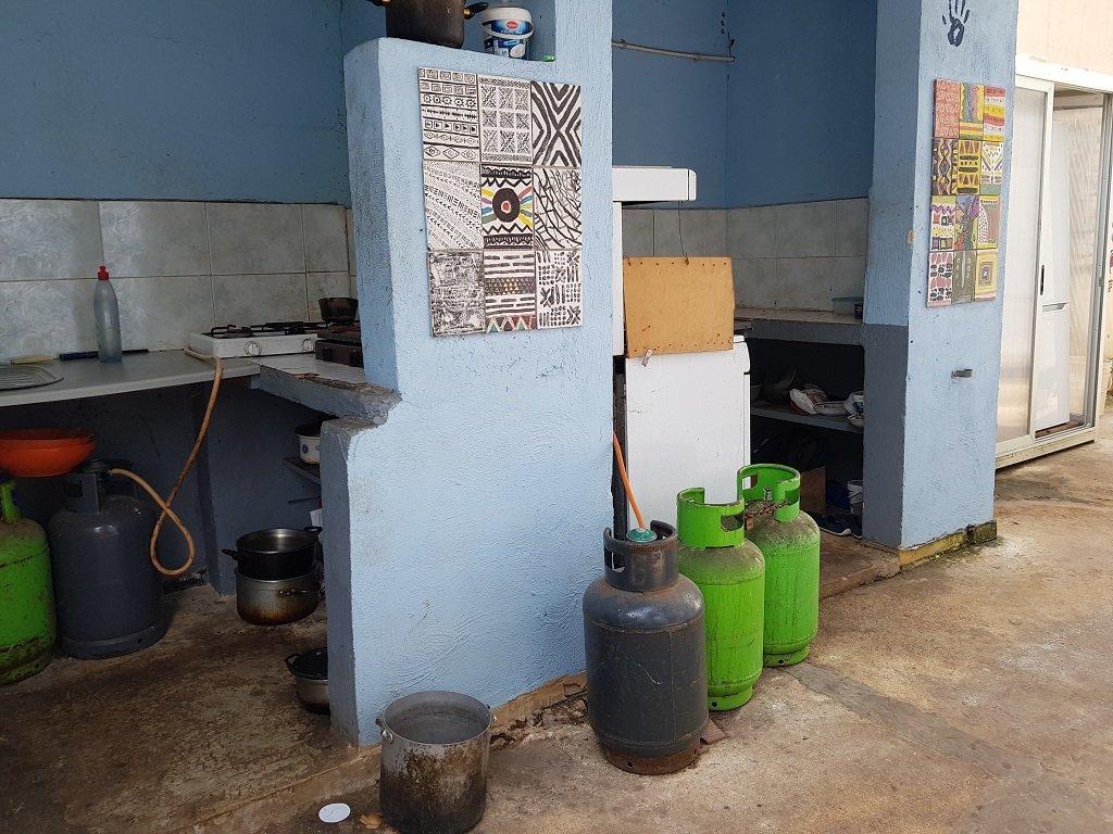 """ثلاثة مطابخ متاحة للمهاجرين المقيمين داخل مركز """"مختبر السلام. مهاجر نيوز"""