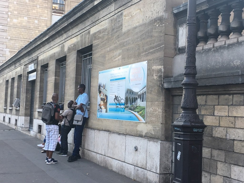 Patients await in front of PASS at Hôtel-Dieu in Paris, July 27, 2018 / InfoMigrants