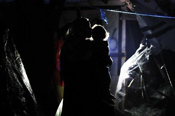 جيورجوس موتافيس/ إحدى النساء مع وليدها في مخيم موريا للاجئين، جزيرة ليسبوس - اليونان