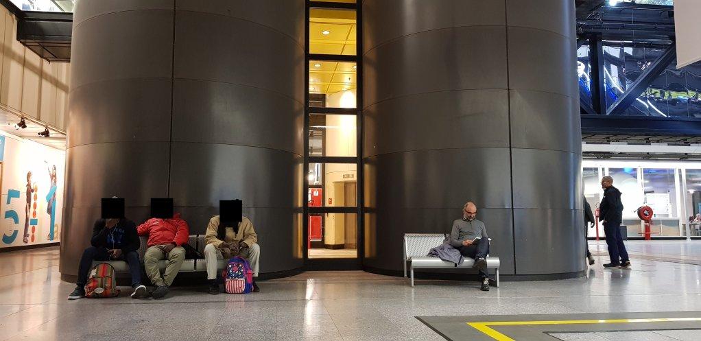 سه مهاجر افریقایی ( سمت چپ ) در انتظار باز شدن کتابخانه. عکس از ان-دیاندرا لوارن/ مهاجر نیوز