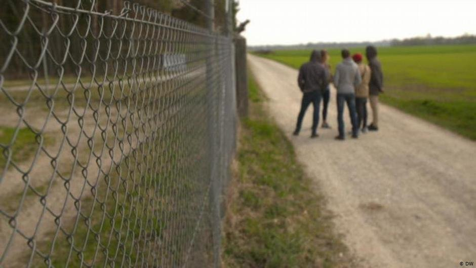 The four inhabitants spoke to DW on condition of anonymity about the living conditions in the processing center  Photo DW