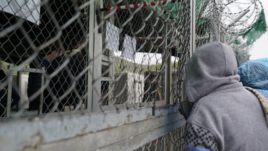 أحد سكان مخيم موريا في ليسبوس ينتظر في الطابور لتقديم طلب أو جمع أوراق شخصية يحتاج إليها لطلب اللجوء.