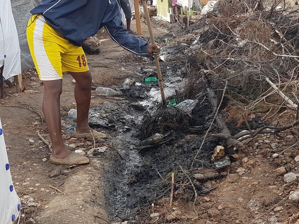 يقوم سكان المخيم بحف أقنية خاصة للمياه الآسنة بالقرب من خيمهم، 30 تشرين الثاني/نوفمبر 2019. شريف بيبي/مهاجر نيوز