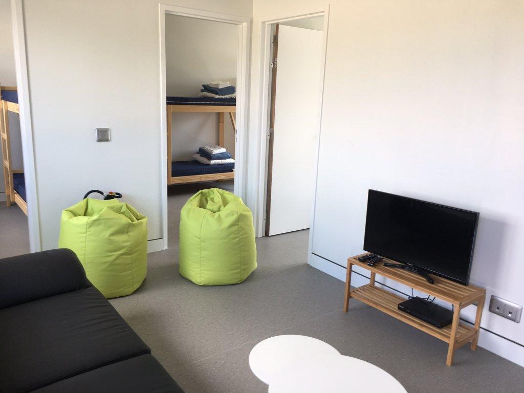 المنازل بعيدة عن مقر احتجاز الأجانب والمهاجرين في المطار، ممن لا يحق لهم دخول بلجيكا. مكتب الهجرة البلجيكي