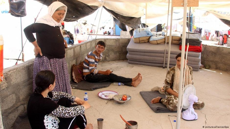 Yazidi family near the Iraq-Turkey border  picture-alliance