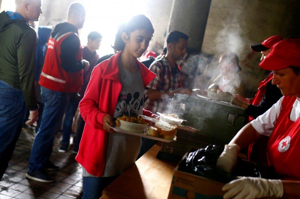 الصليب الأحمر يقدم مساعدات للمهاجرين في البوسنة بتاريخ 11 أيار/مايو 2018. المصدر: رويترز