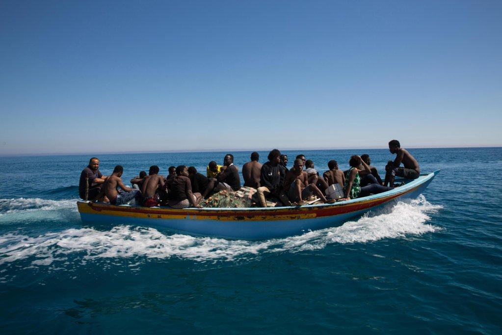 ansa / مهاجرون على متن قارب بعد أن أنقذهم حرس السواحل الليبي في البحر المتوسط بالقرب من ساحل مدينة جرابولي شرق طرابلس.