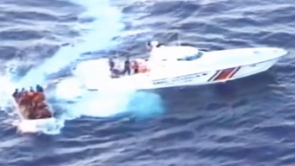 زورق خفر السواحل التركية ينقذ مهاجرين- رويترز