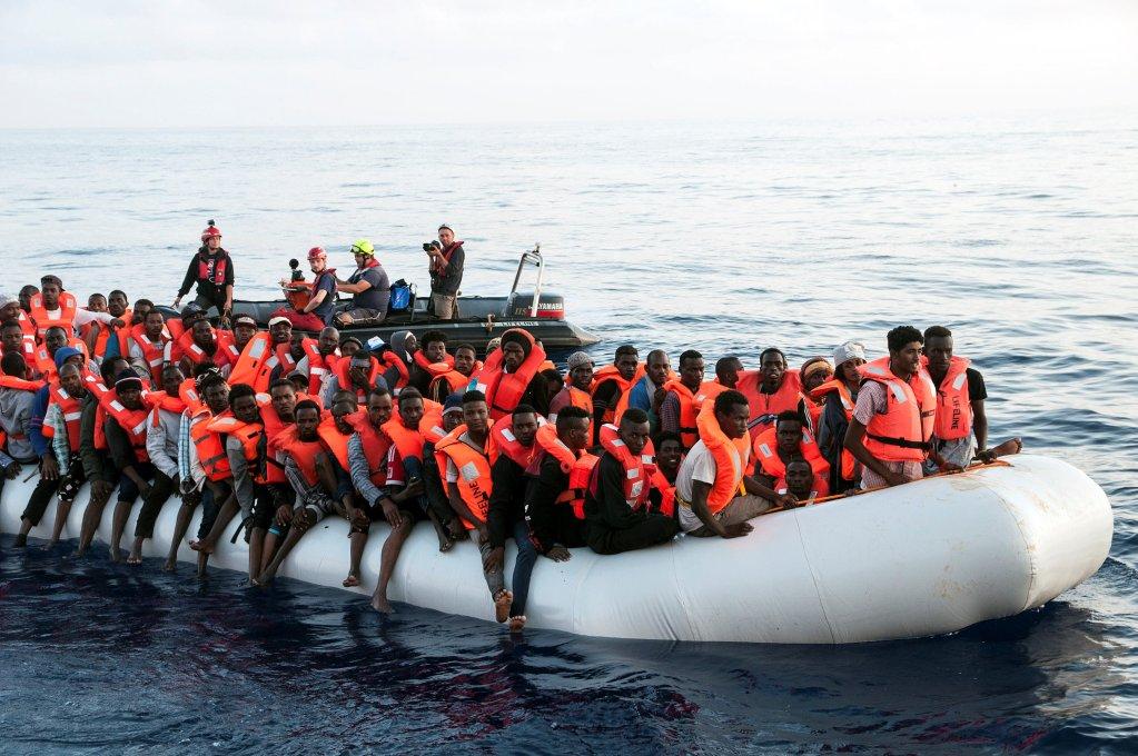 Image d'archive de migrants secourus par Le Lifeline, un navire humanitaire, en juin 2018. Crédit : Reuters