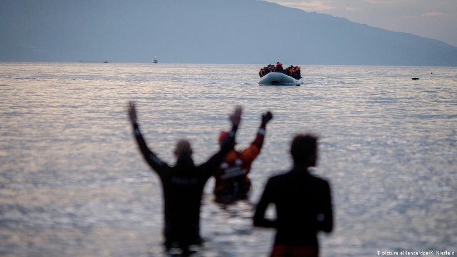 Refugees are greeted by aid workers as they arrive in an inflatable boat on the Greek island of Lesbos  Photo picture allianceKay Nietfeld