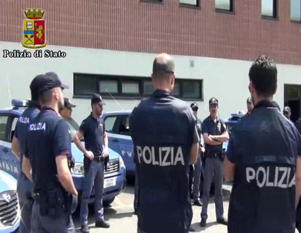 ANSA / رجال الشرطة في بياشينزا. المصدر: أنسا/ شرطة المقاطعة.