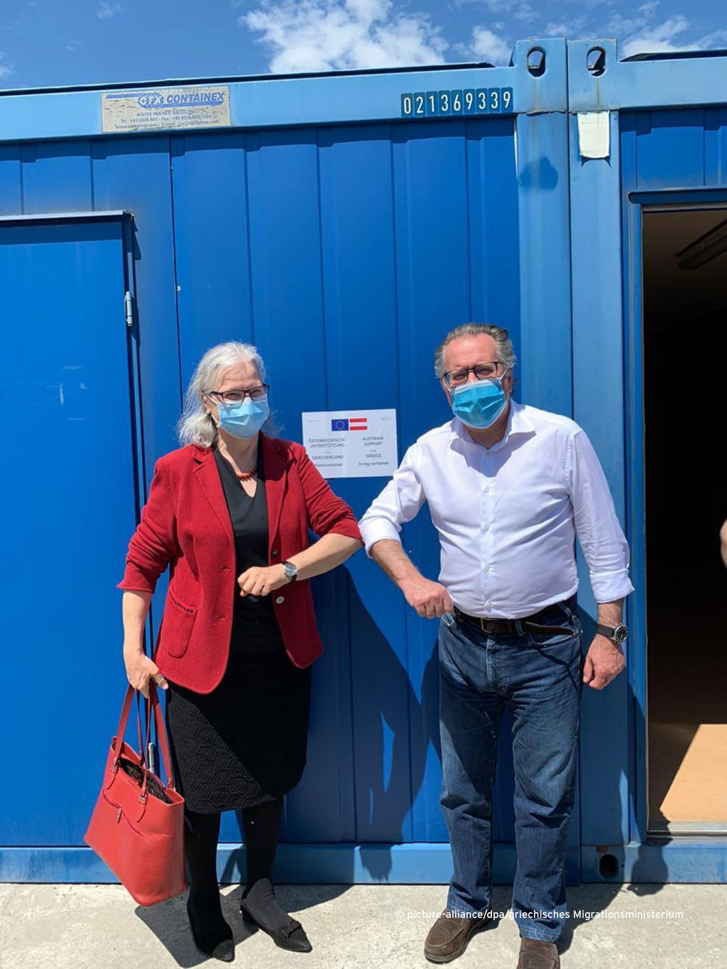 Acting Migration Minister of Greece Giorgos Koumoutsakos (r), with Hermine Poppeller, Austrian envoy, in one of the donated containers | Photo: Greek Migration Ministry/dpa/picture-alliance