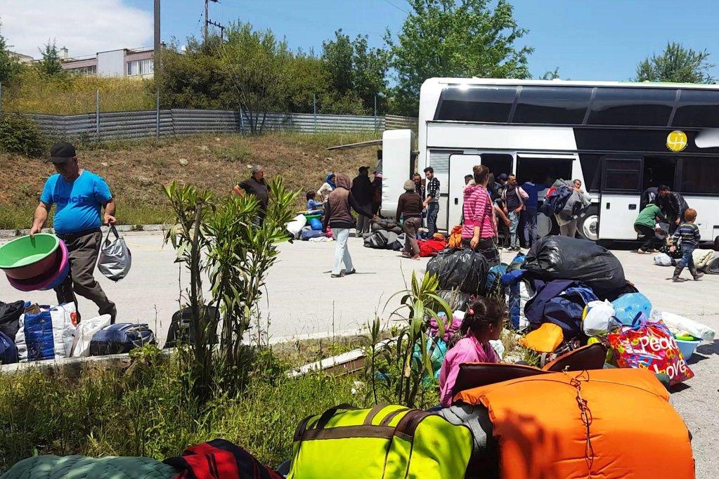 أرشيف / ansa / مهاجرون ينتظرون أمام خيمة للتسجيل في مركز استقبال بمدينة أوريوكاسترو بالقرب من تسالونيكي. إي بي إيه
