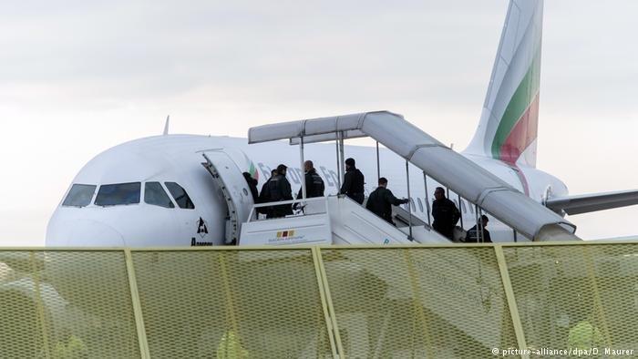 صورة من الأرشيف لإحدى عمليات ترحيل طالبي اللجوء المرفوضين في ألمانيا.